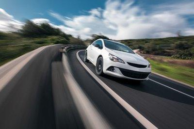coche-saliendo-de-curva-carretera